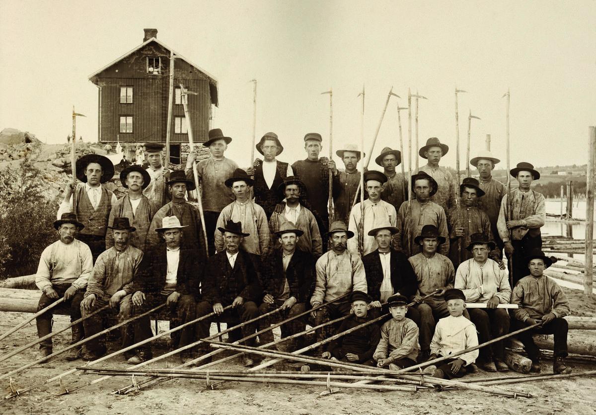 Fløterlag ved arbeiderboligen Sootbrakka 1899. Foto: MiA - Museene i Akershus / Fløterlag ved arbeiderboligen Sootbrakka 1899. Foto: MiA - Museene i Akershus