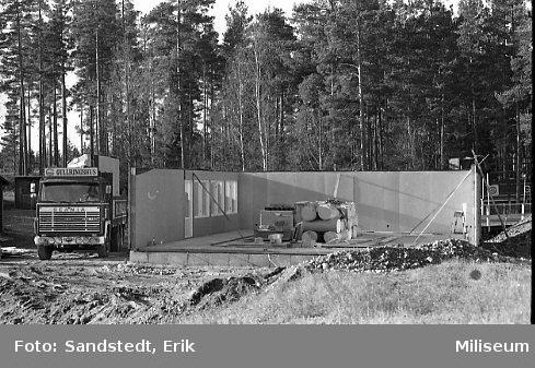 Södra Vi Idrottsförening bygger sin klubbstuga. Grund på väggar.