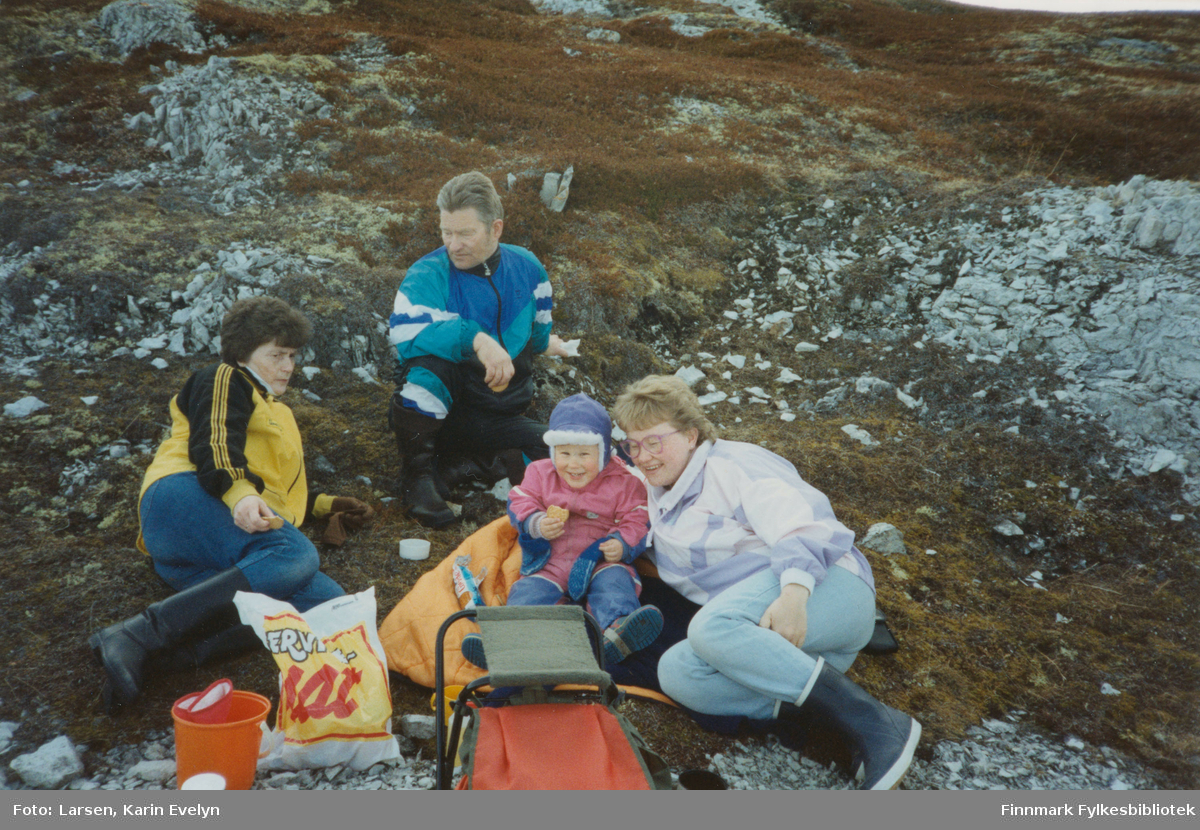 På tur på Skogholmen i 1992. Matpause, fra venstre: Signe Josefsen (født Johnsen, fra Leirpollen), Martin Josefsen, Kenneth Larsen og Karin Evelyn Larsen (født Josefsen).