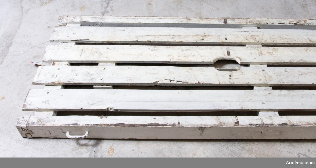 Grupp I I. Bottendel och häck till packsläde m/1908. Häcken utgörs av två gavelgrindar och två sidostycken. De långa sidostyckena är märkta på ovansidan: Krona, I- 24.