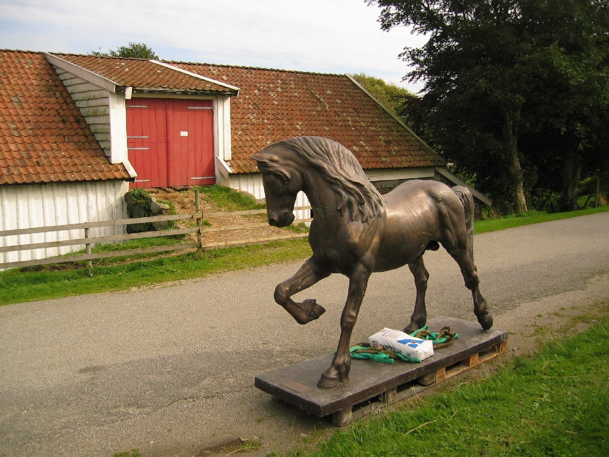 Montering av statuen Dølahesten på Vitengarden - Jærmuseet.