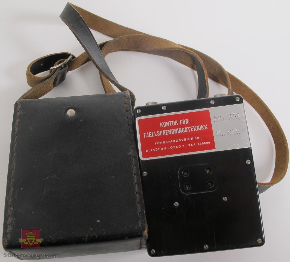 Ohmmeter i svart hus av plast. Har to tilkoblingspunkter for ledning og bæreetui med reim av brunt lær. Målevindu med nål som viser verdier fra 0 til 200 ohm. Påskrift på plate festet til etui C-I-L. Klistremerker på ohmmeteret ADVARSEL UTBRENT ELEMENT MÅ KUN ERSTATTES MED SØLVKLORIDELEMENT. GRUBERNES SPRÆNGSTOFFABRIKER A/S og KONTOR FOR FJELLSPRENGNINGSTEKNIKK FORSKNINGSVEIEN 3B BLINDERN - OSLO 3 - TLF. 469880 Nr. 153 T. CIL. samt innskrift og serienummer fra produsent C-I-L BLASTING GALVANOMETER SERIAL NO. 6932.