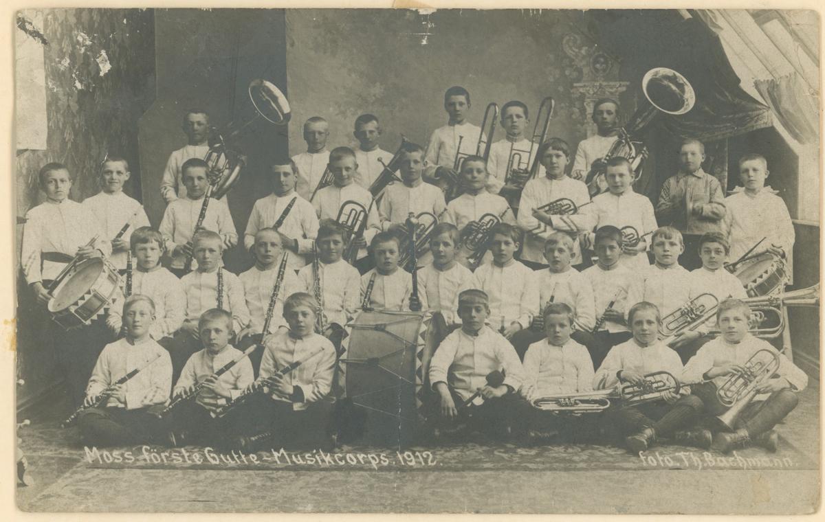 """Moss sitt første guttemusikkorps, startet i 1910. Postkort. Tekst på bildet: """"Moss förste Gutte-Musikcorps. 1912."""""""