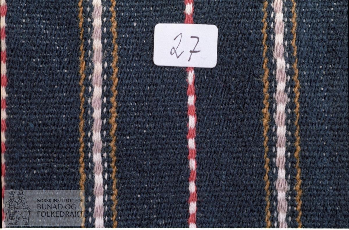 Innslagsrips i striper. Renning av totrådet bomullsgarn, 8 tråder pr. cm. Innslag av entrådet ullgarn i fiolett (falma til grått), rødt, grønt og mørk blått og tretrådet ubleika bomullsgarn.  Kildemateriale. Lengde:  72 cm. Bredde:  61 cm.