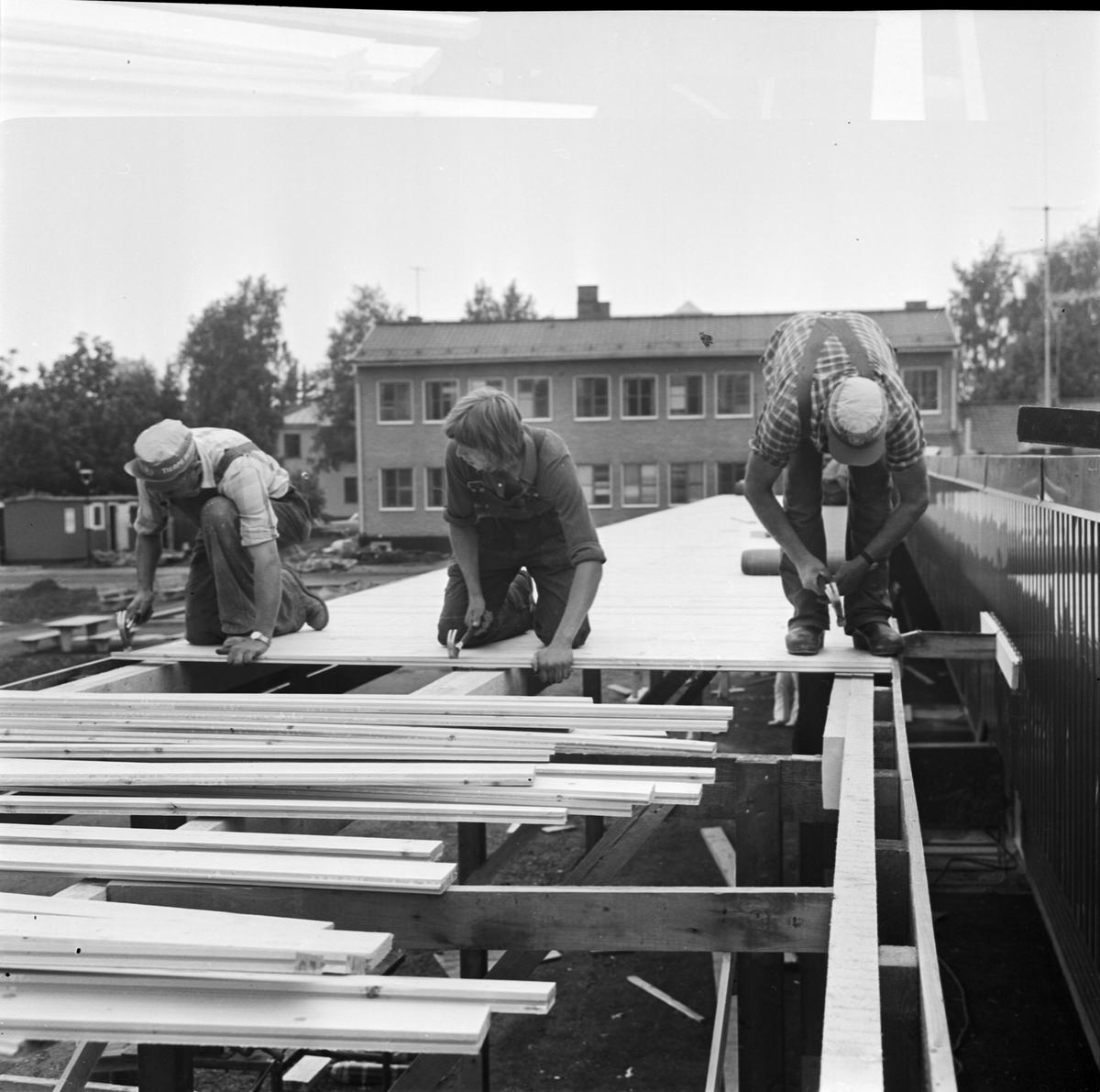 Brådska med bygge av lågstadieskola inför skolstart, Tierp, Uppland, augusti 1972