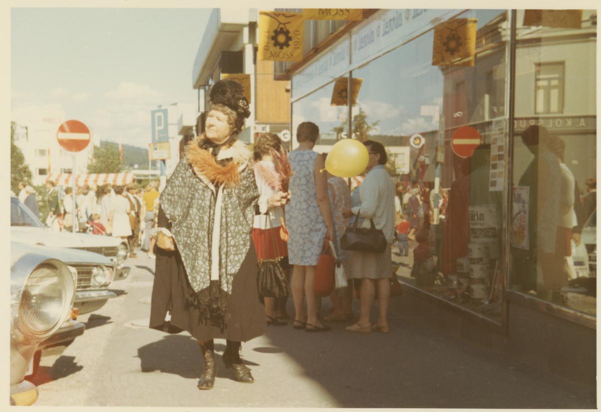 """To bilder fra byjubileet i 1970.   Første bilde er tatt i Storgaten utenfor Jacob Jansen og T.V. sees Rosa Eriksen.  Andre bilde er tatt i Dronningens gate. """"Bygningen"""" i midten er et provisorium for å illustrere en tidligere butikk, nemlig """"Søstrene Jørgensen"""""""
