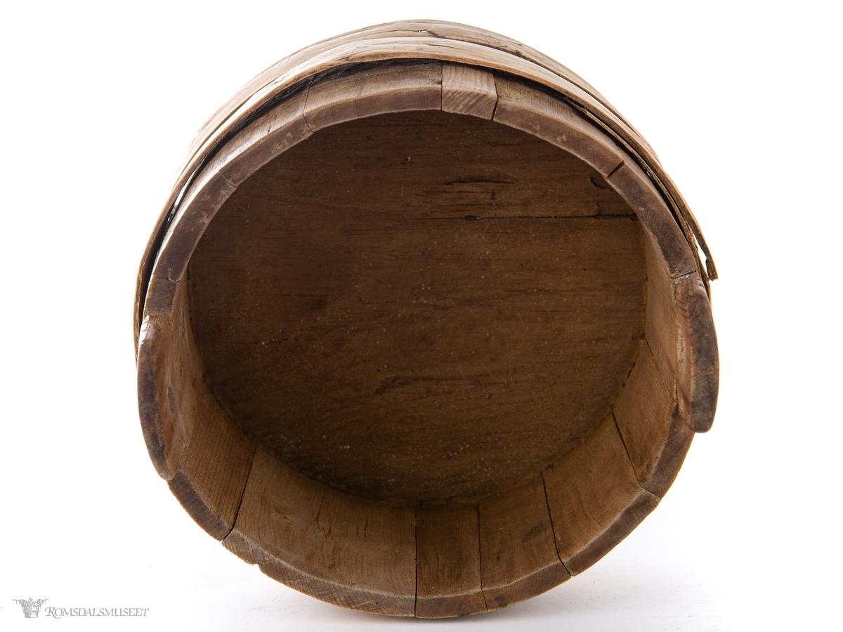 Liten, lagget ambar med ører med låsehull. Omslått med to brede trebånd.