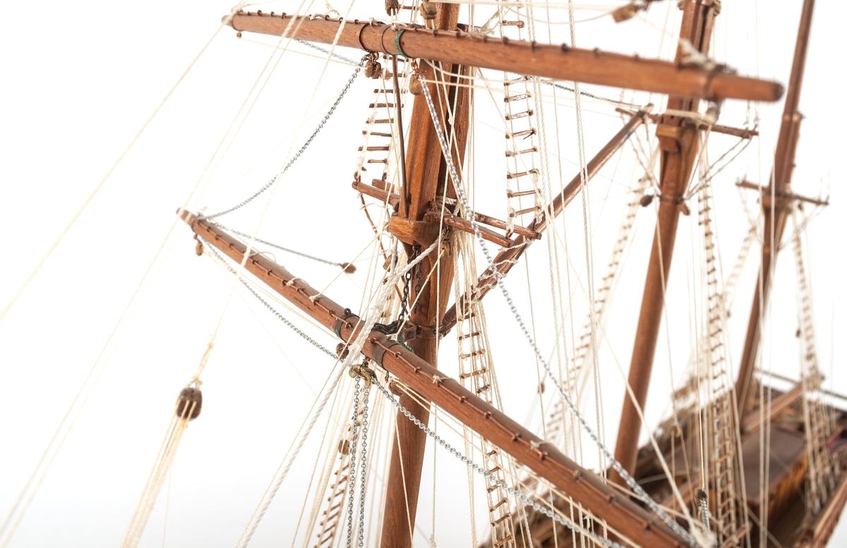 """Fartygsmodell, skonert i trä. Tremastaren """"Klara"""" från Gävle. Skala 1:60. Omålad. Tremastad. på akterspegeln blå,ålad namnbräda med guldtext : """"KLARA-GÄVLE""""."""