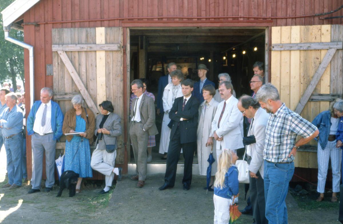 Flere drar kanskje kjensel på mannen i sort dress foran døråpningen på Trådbua. I 1990 var Dagfinn Høybråten (KrF) Statssekretær i Finansdepartementet. Foto: Per Emil Berg (Foto/Photo)