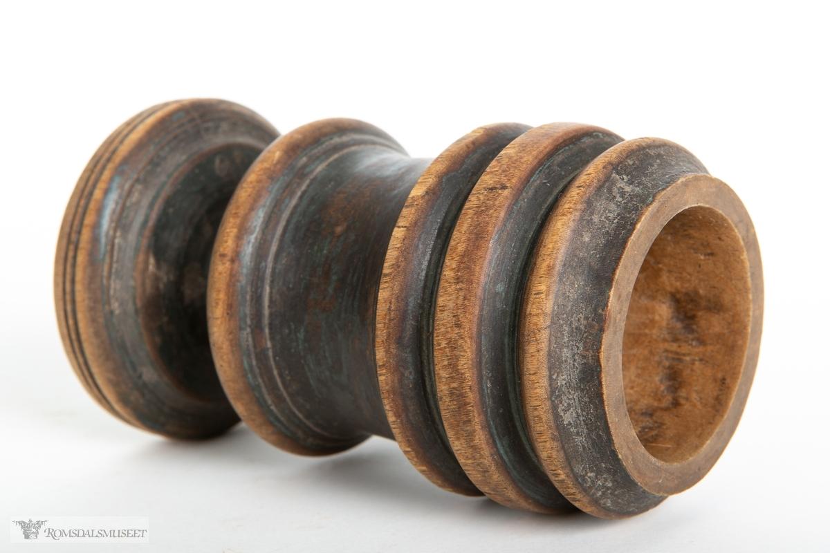 Sylindrisk morter med stett, dreid i flerenivåer.