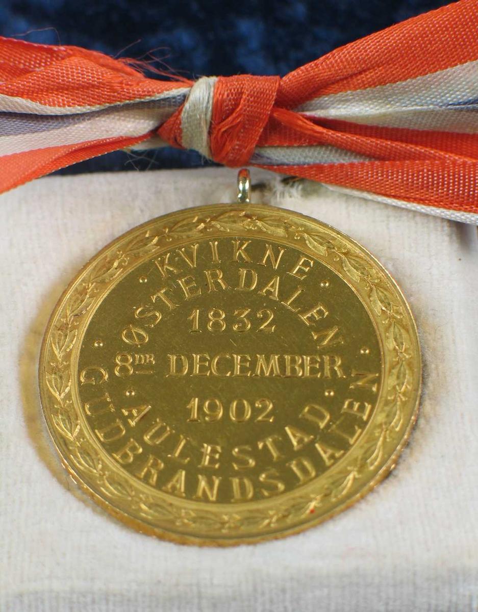 Minnemedalje med bilde av BB. Den har en sløyfe i nasjonalfarger. Medaljen ligger på en papplate trukket med hvit fløyel.