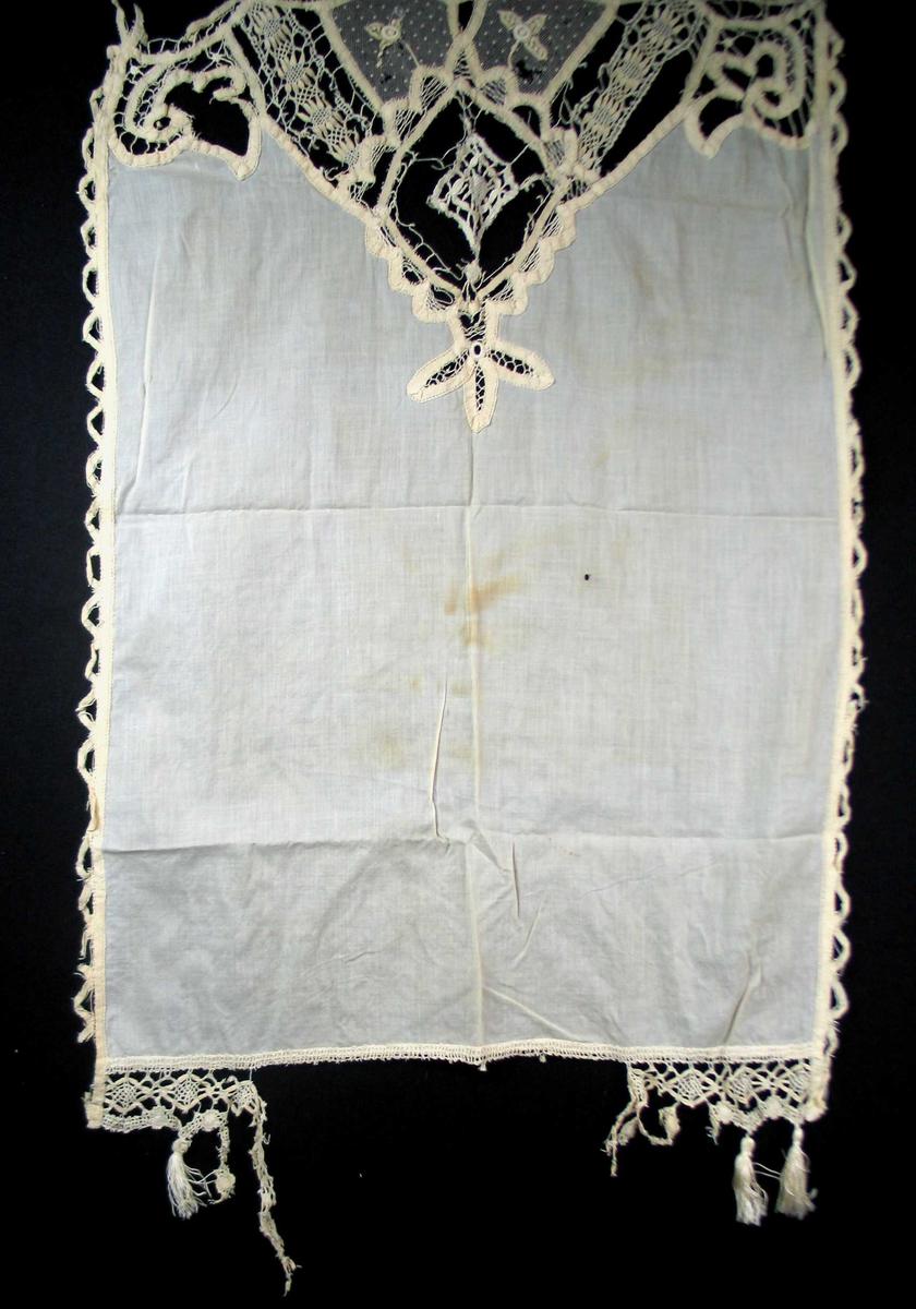 Ecru gardin i tyll og bomull med båndbroderi. Kantinger med blonde påknyttet dusker. Fire gylne ringer til oppheng.