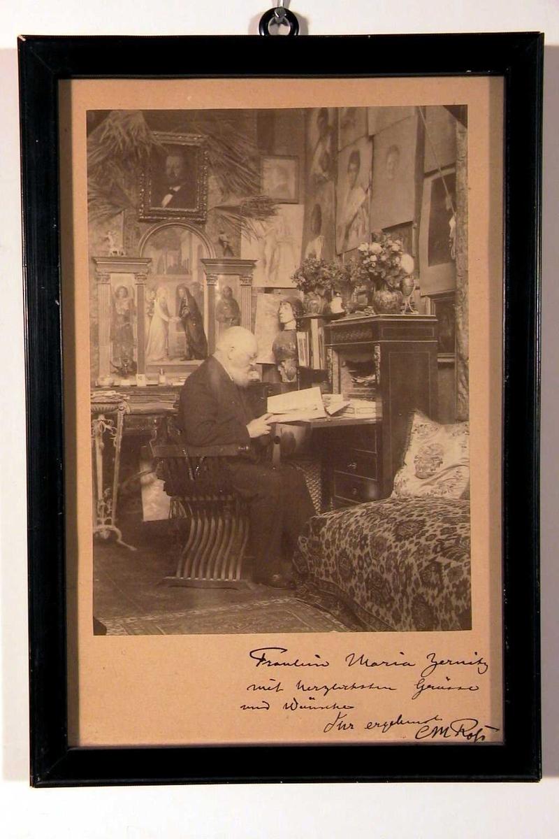 Eldre mann sitter ved skatoll omgitt av bilder med og uten ramme. Merk bysten i hjørnet av den florentinske lanseknekten. Bak personen et maleri av Visitasjonen, møtet mellom Maria og Elisabeth.