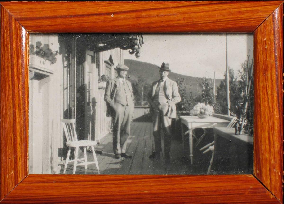 To menn på en veranda.
