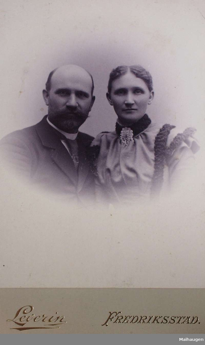 Mann og kvinne, mulig forlovelsebilde.