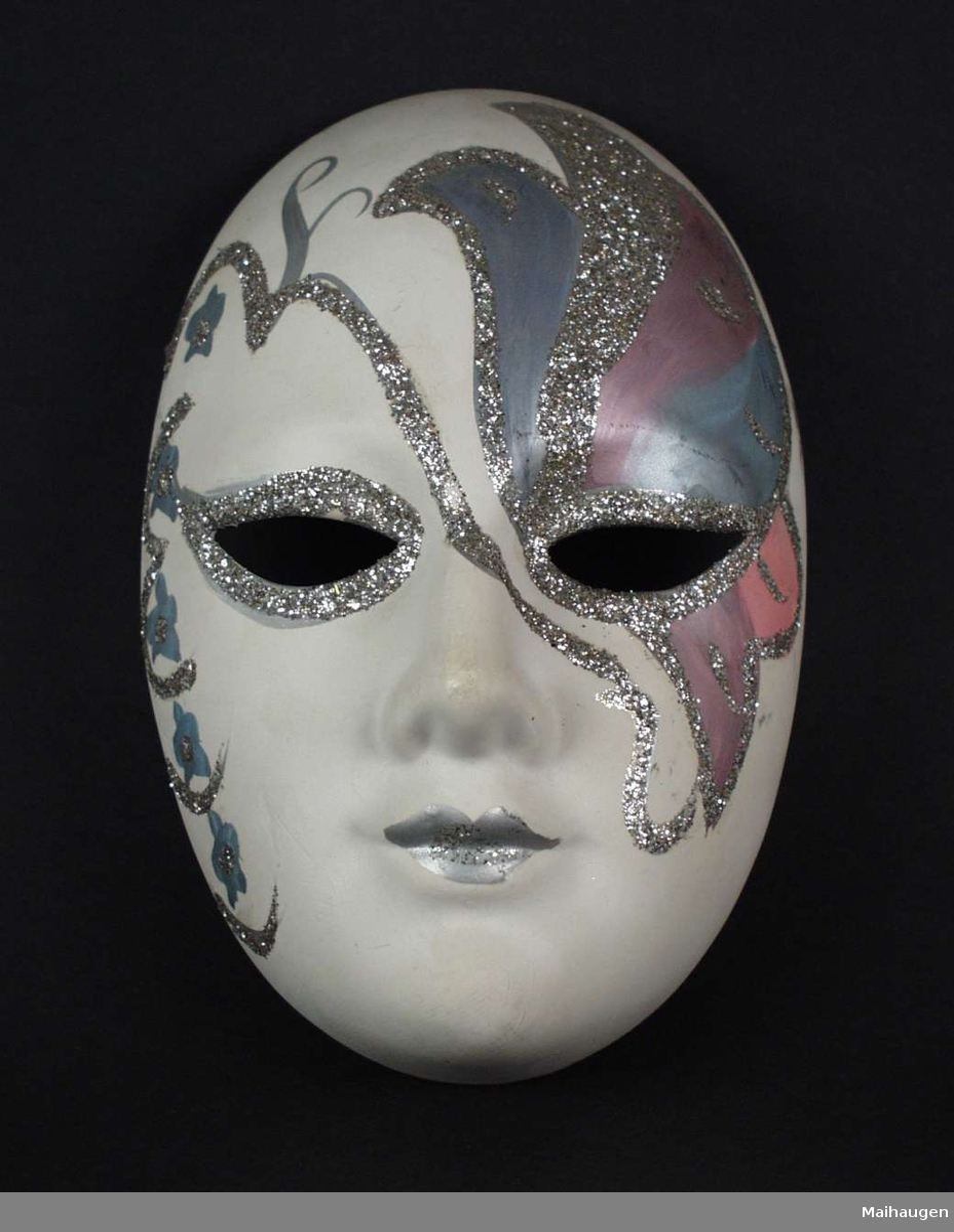 Hvit gipsmaske dekorert i sølv og rosa.