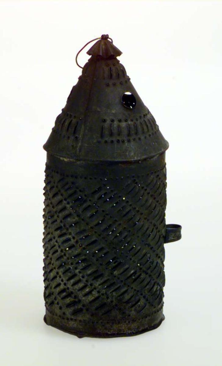 Lykt av jernblikk, også brukt til å varme under stakken. På Bjerkebæk ble den kalt Birilykt.