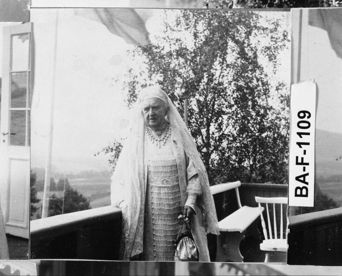 Fotomontasje i svart/hvitt rammet inn med glass og enkel trelist. Amatørbilder.