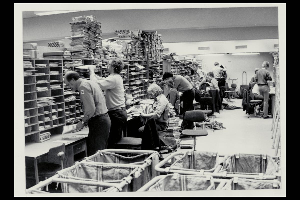 interiør, postkontor, 4000 Stavanger, budavdelingen, sekkestativ, sortering, kvinner, menn