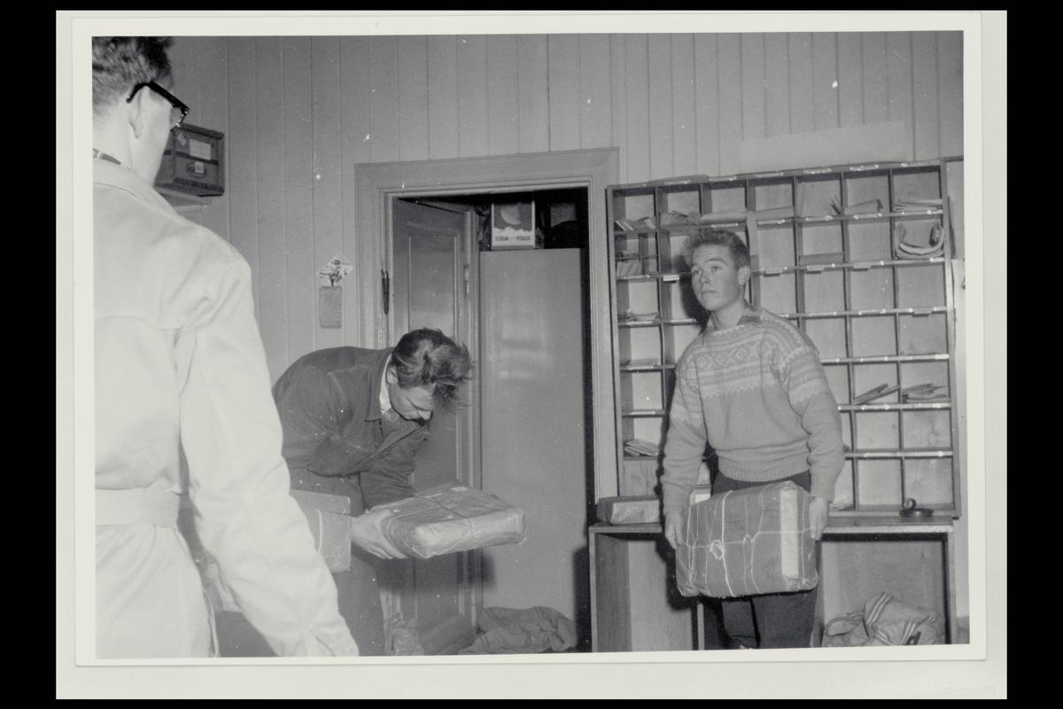 interiør, postkontor, pakker, sortering, tre menn