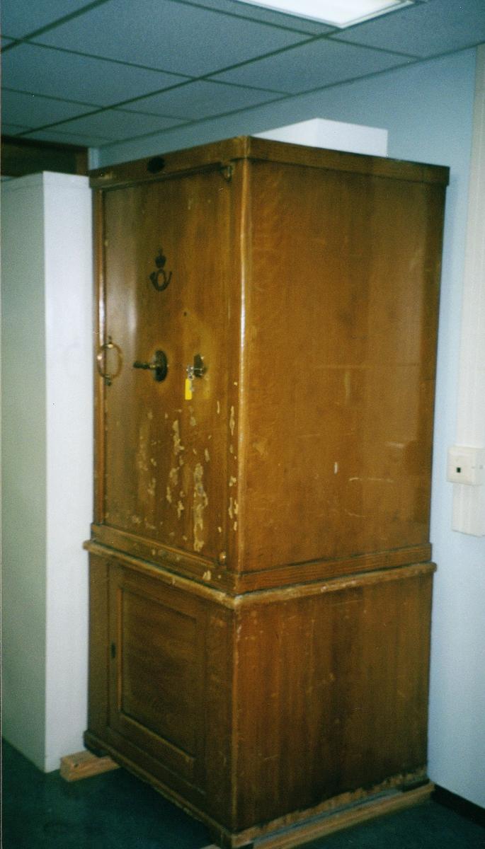 postkontor, interiør, 9001 Tromsø, pengeskap med to dører, to håndtak, lås med nøkkel, postlogo