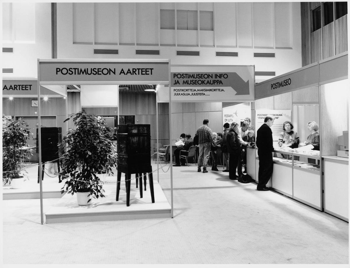 utstilling, frimerker, frimerkeutstilling. Finland, 1.-3.11-1991, informasjonsskranke, publikum, skilt med tekst: postimuseon aarteet