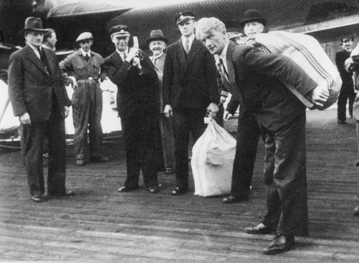 transport, fly, eksteriør, Bergen, Havørn, lasting, lossing, postsekker, menn