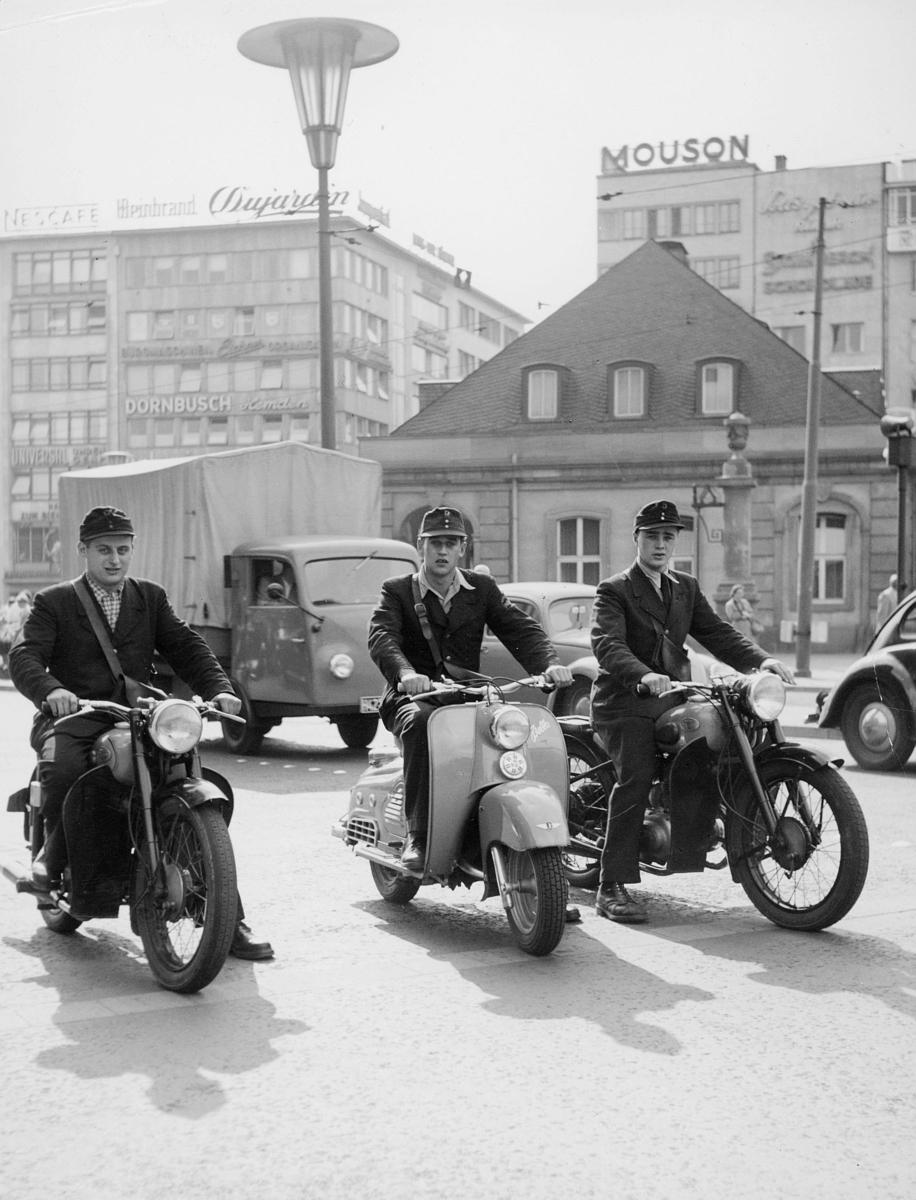 omdeling, telegram og ilbrev, tre bud, tysktalende, to motorsykler, en scooter