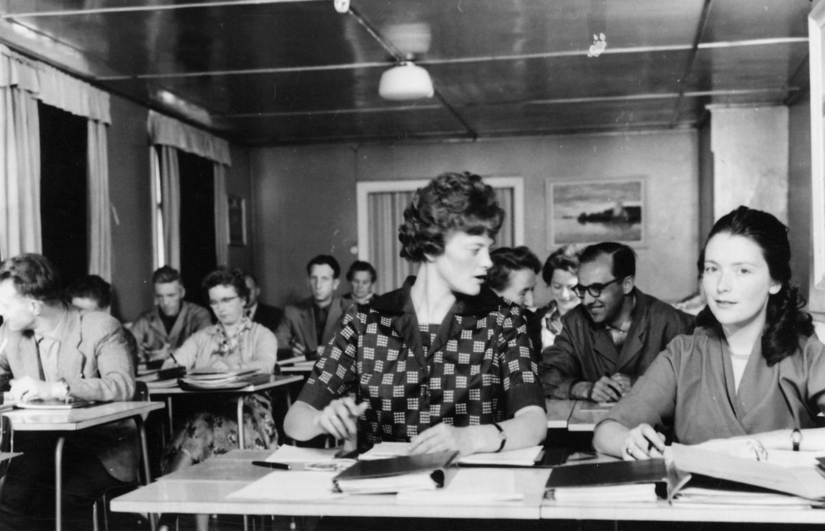 gruppebilde,  postskolen, videregående poståpnerkurs 1963 på Sundbakken, damer og menn sitter i klasserom, skolebøker