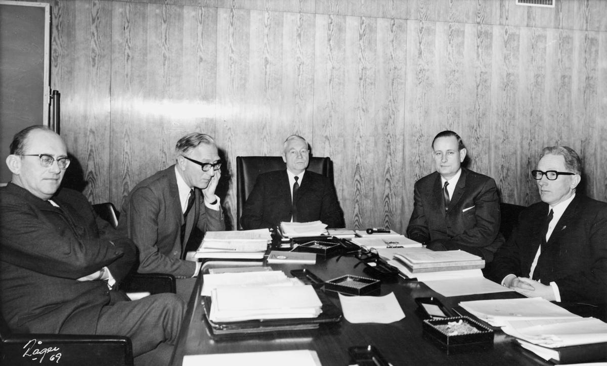 gruppebilde, Styret for Postverket, professor dr. Gunnar Bøe, direktør Per Hegnar, formann, stortingsrepresentant Trond H. Wirstad, generaldirektør Ragnvald Rustung Bru, overpostpakkmester Jørgen Sværen, 15. januar 1969