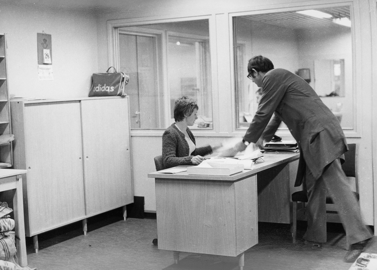 person, dame, mann, Oslo postterminal, posthylle