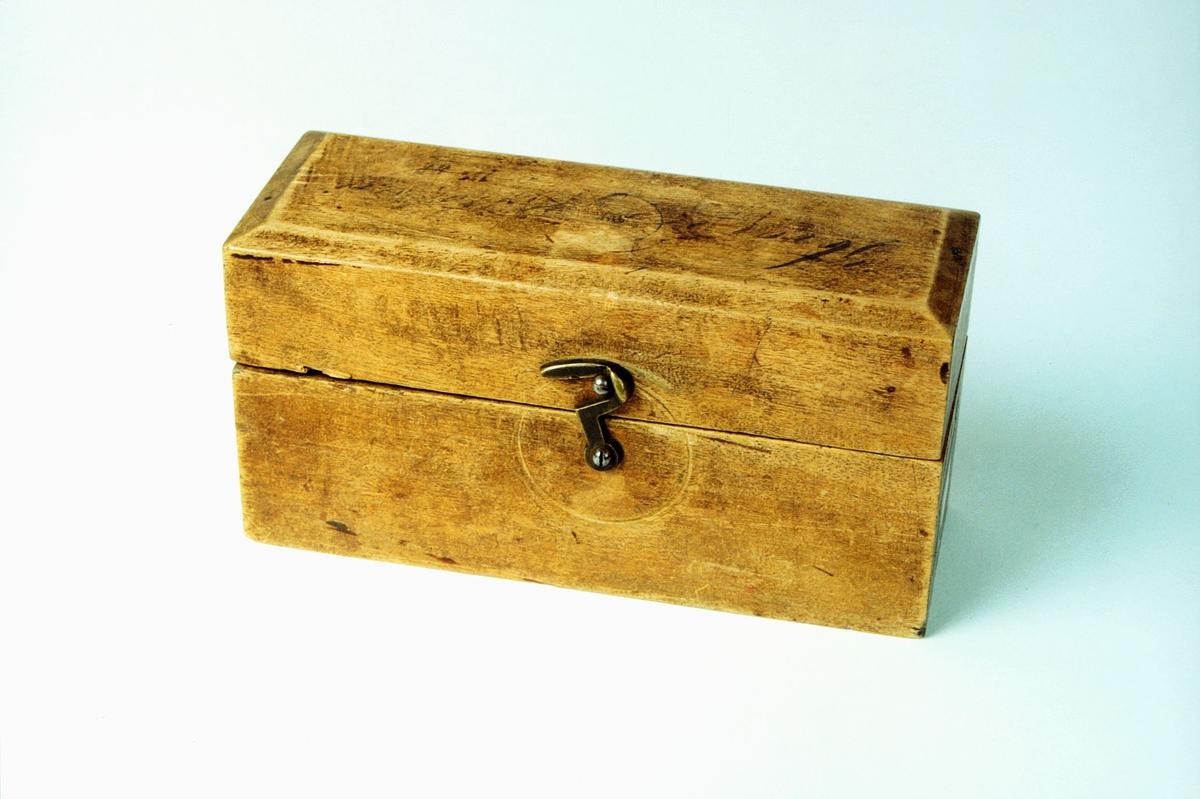 Postmuseet, gjenstander, loddkasse, høy kasse, krok på siden.