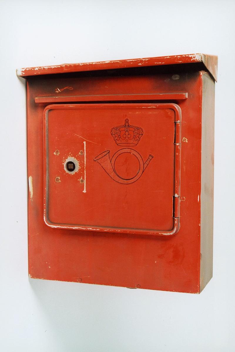 Postmuseet, gjenstander, postkasse, brevkasse, posthorn med krone (postlogo).