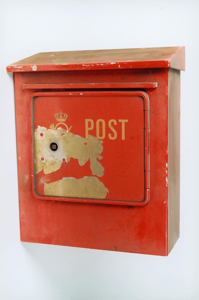 Postmuseet, gjenstander, postkasse, brevkasse, Post og posthorn med krone (postlogo).