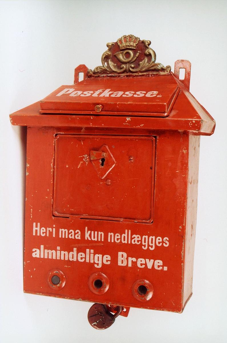 Postmuseet, gjenstander, postkasse, brevkasse, nøkkelhull, uten plakat, posthorn med krone (postlogo) og ornamenter i støpejern, hengelås, Postkasse Heri maa kun nedlægges almindelige Breve.