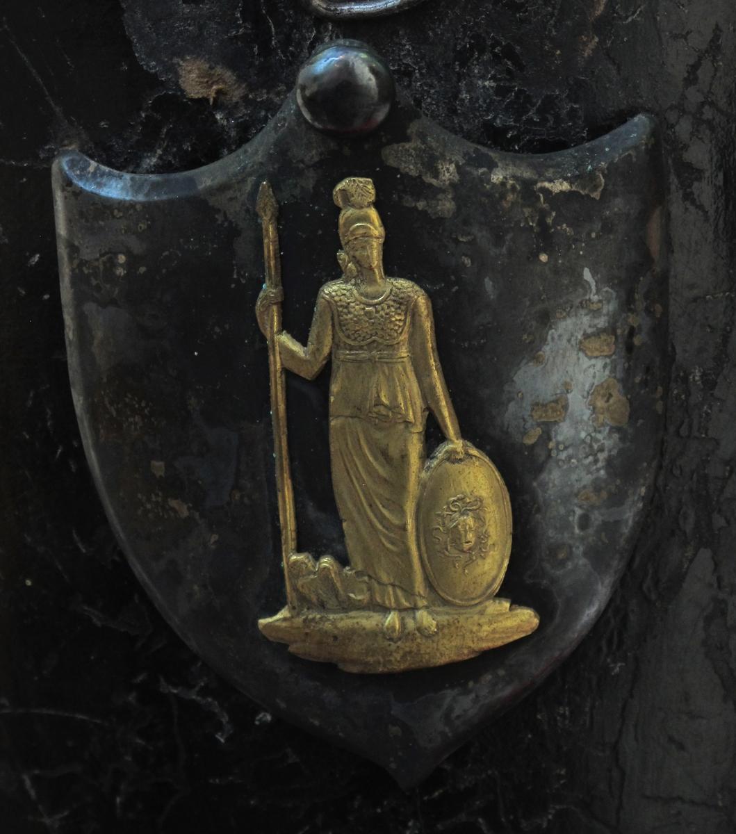 Sølvskjold m. Minerva i gull.