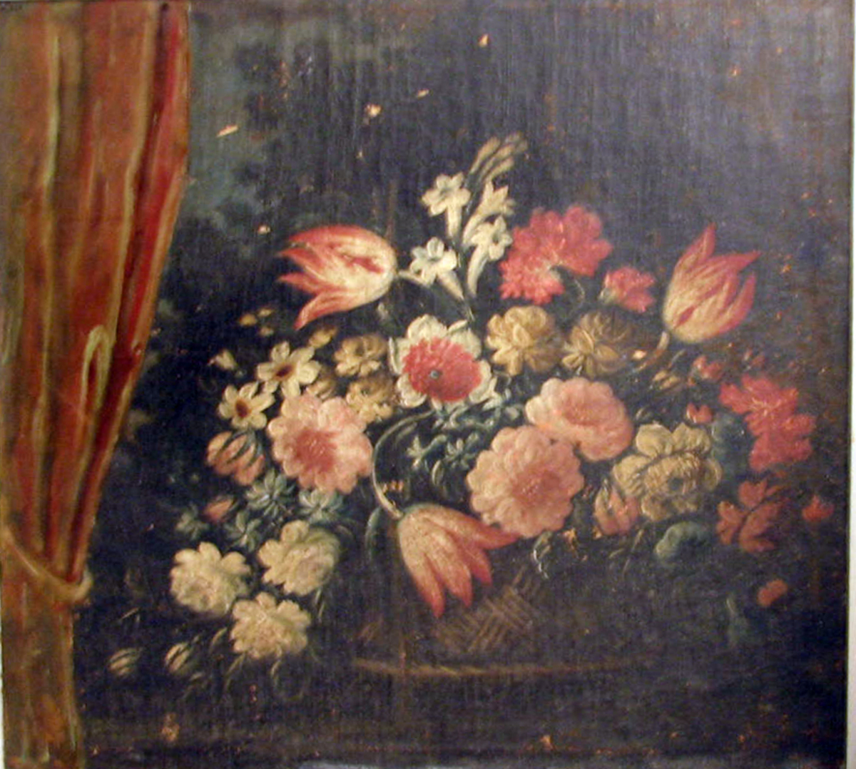 Rektangulært. Blomsterkurv; rødt draperi tilv., mørkt landsk. i bakgrunnen.