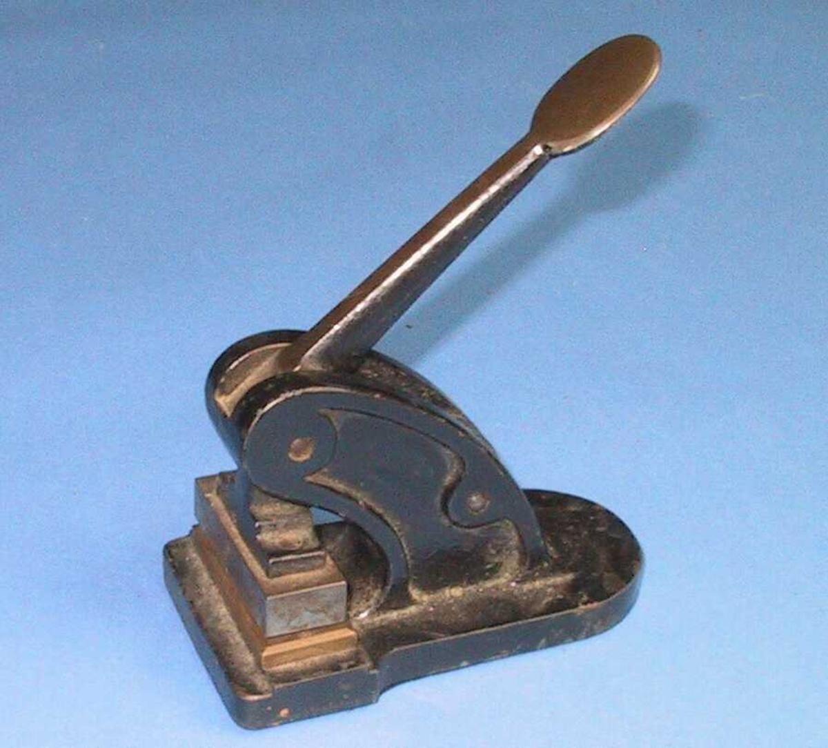 Maskin til kontorbruk,  m. trykkhåndtak, i denne montert to blokker m.tekst (neg. og pos.),