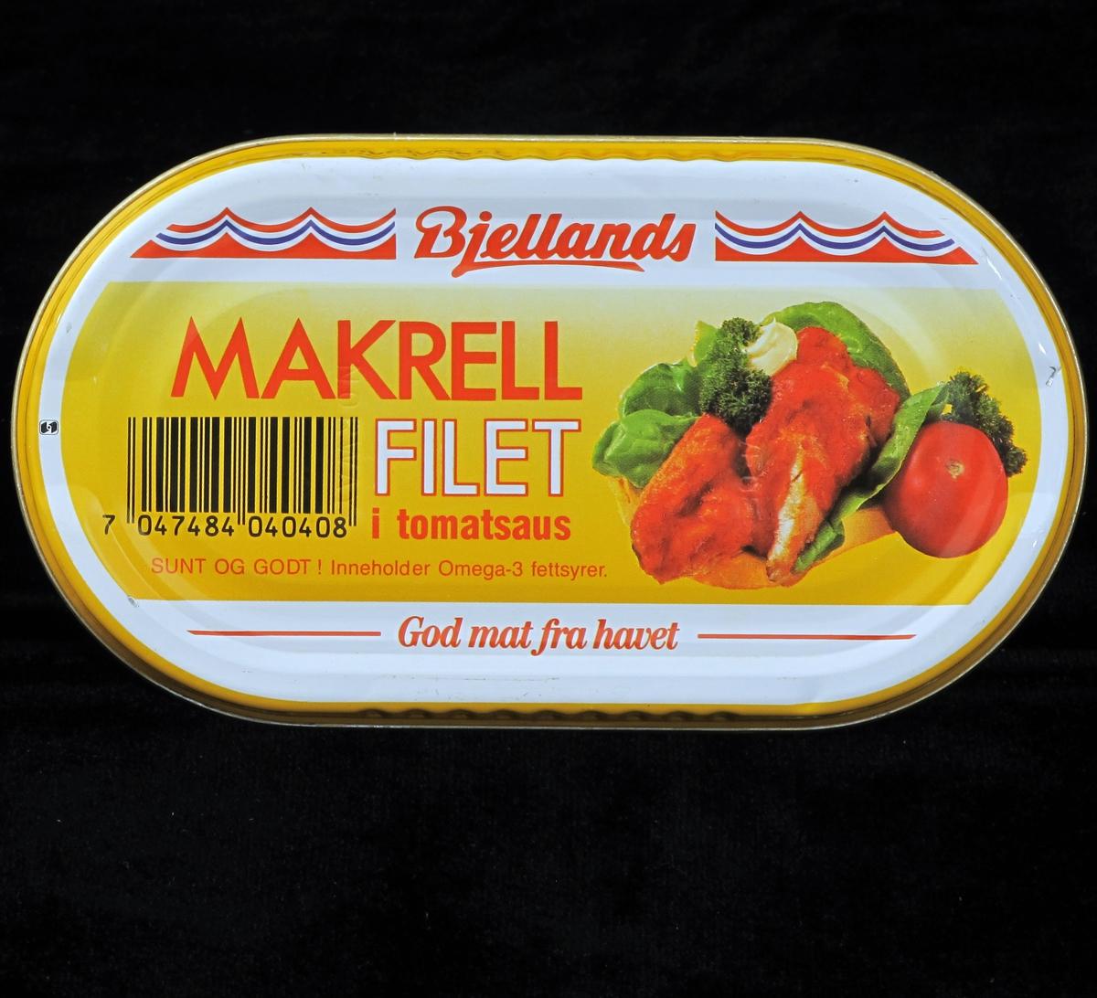 Makrell i tomat, på brødskive med salat og tomat.