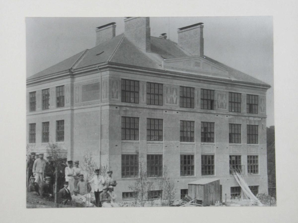 Barbu skole under oppføring. I venstre hjørne av fotografiet en gruppe arbeidere.