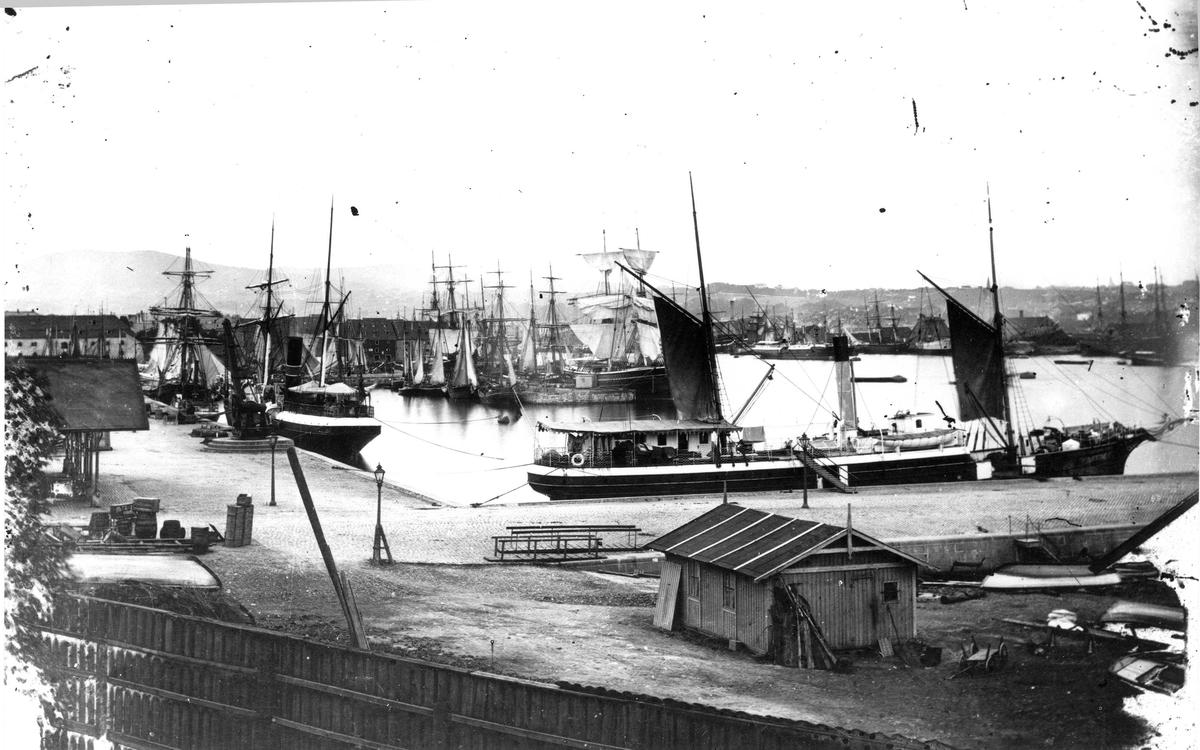 """Fartøybilder fra Agder   D/S """"Stavanger"""", dampskip Ved kai  Opprinnelig filreferanse i eDepoet: F0121_Fartøybilder-SMW_090525\DS STAVANGER 1865"""