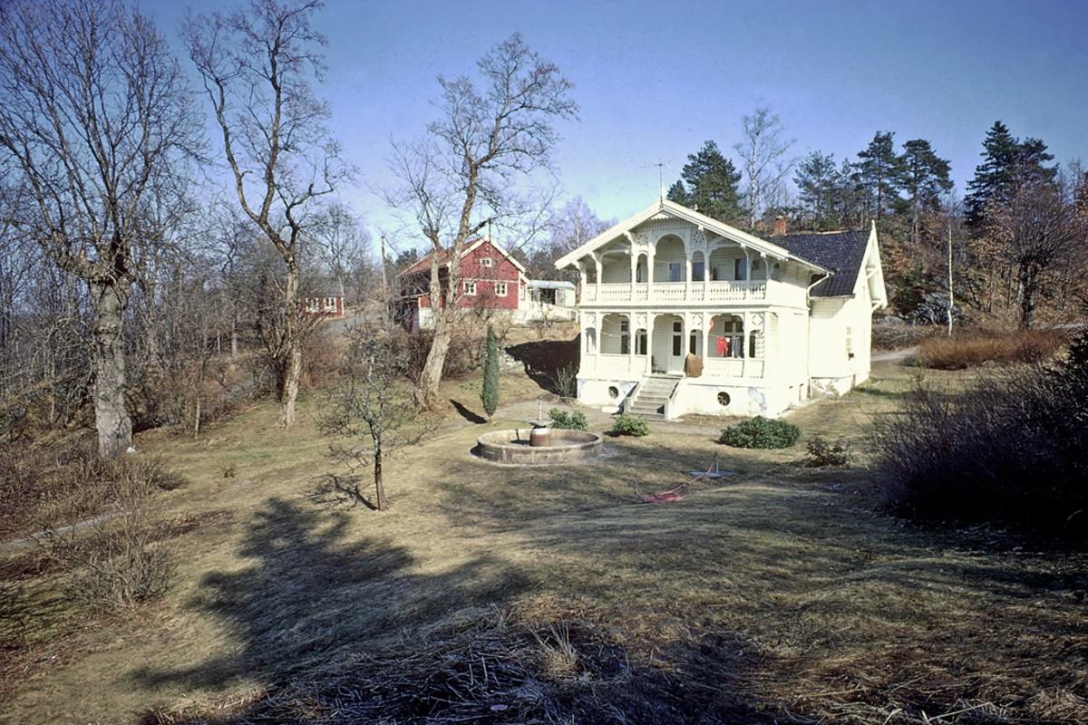 Frivoll. Hus med stor  veranda  i sveitserstil.