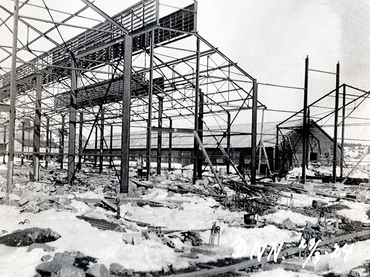 """""""29/03-1924"""" Nitriden. Bygging av stekeribygning for steking av elektrodekull. Jernkonstruksjoner. Lagerbygning for ferdigvarer i bakgrunnen."""