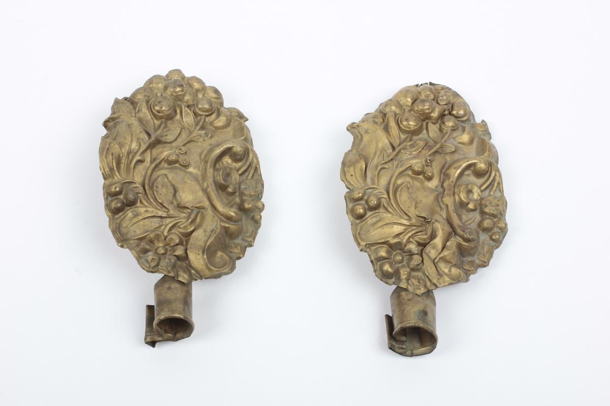 C-formet drueklase og blad i relieff