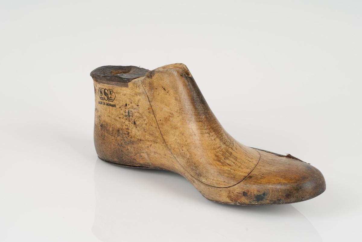 En trelest i to deler; lest og overlest (kile). Venstrefot i skostørrelse 43. Såle av metall. Lestekam av skinn