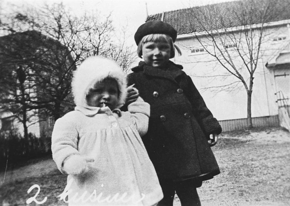 Helene Johannson og en kusine. Søte jenter i kåpe og luer.
