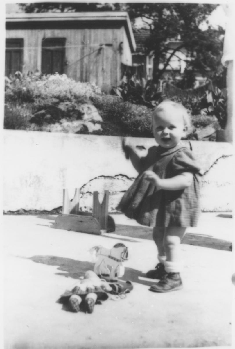 Lisbeth Amundsen leker (15 mndr.).