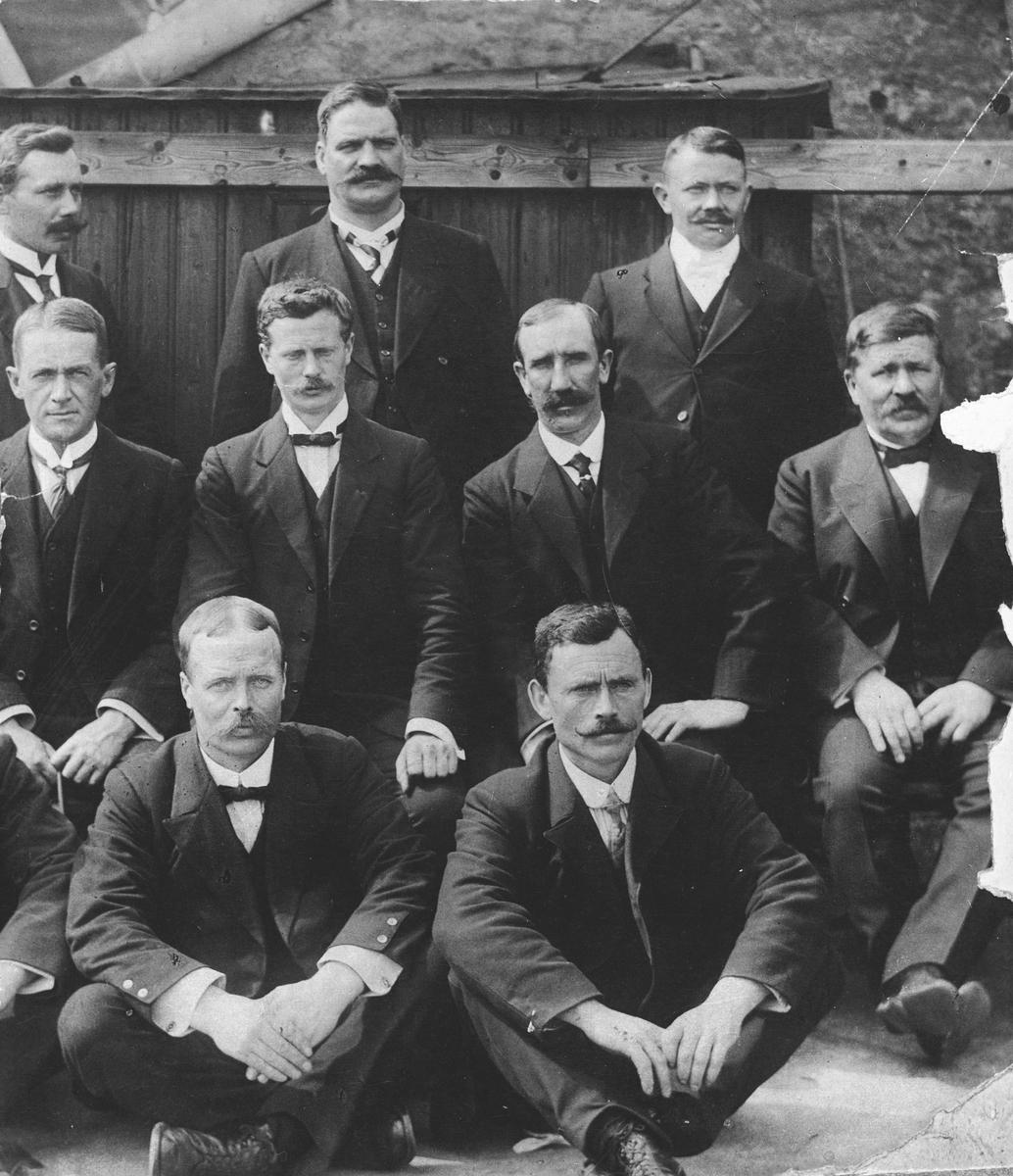 Gruppe på 9 personer. Jørgen Stubberud bakerst til høyere.