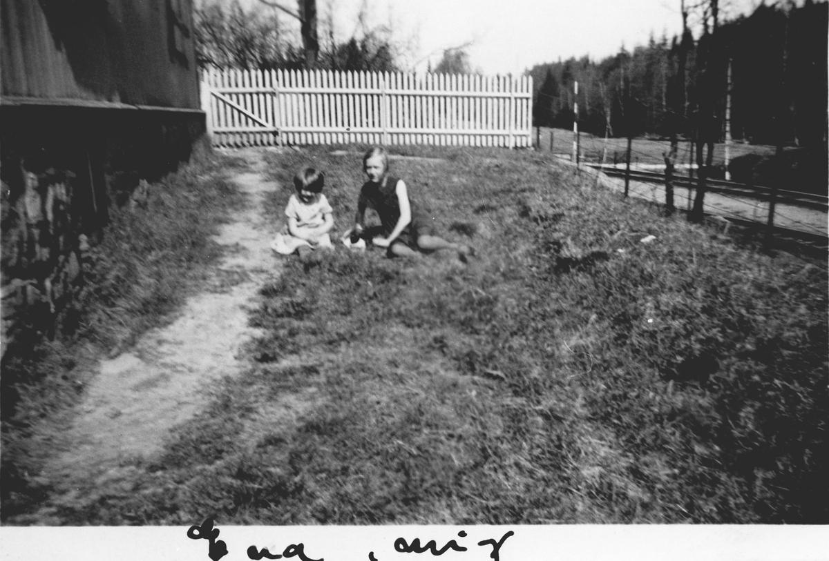 To småjenter i haven på Årvold.
