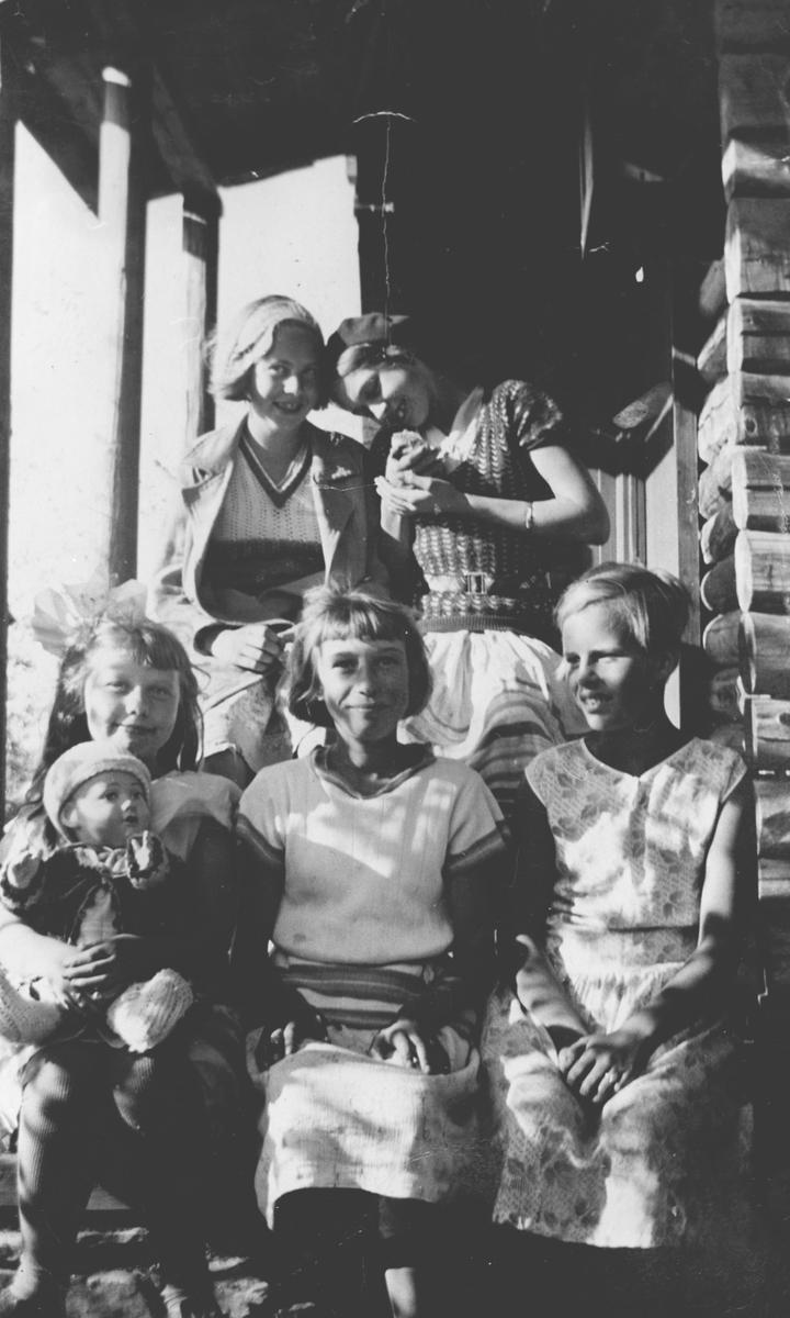 Fem jenter på en trapp